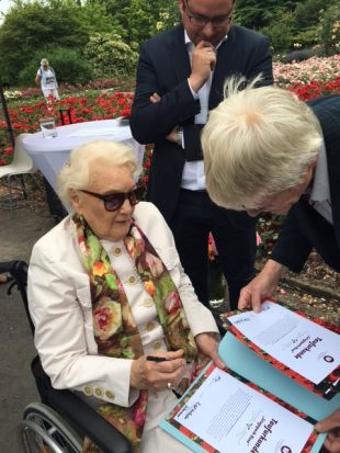 Frau Werhahn-Adenauer unterzeichnet die Taufurkunde