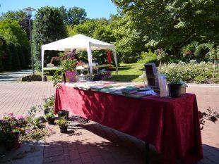 Stand des Stiftungsvereins vor dem Rosenzimmer, im Hintergrund der Pavillon von Mitaussteller Rue-Art <br /> <br /> <br />